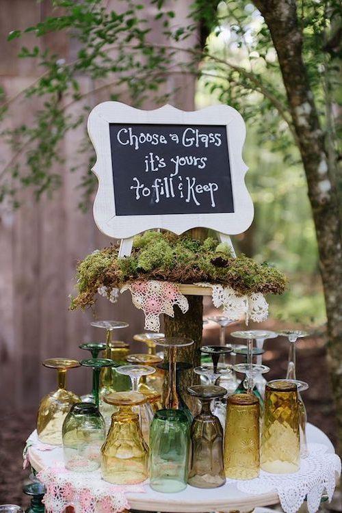 No todas las copas deben ser iguales siempre y cuando combinen sus colores. Así tus invitados podrán reconocer las suyas! Un cartel, musgo, manteles y una mesa es todo lo que precisas para copiar esta idea.