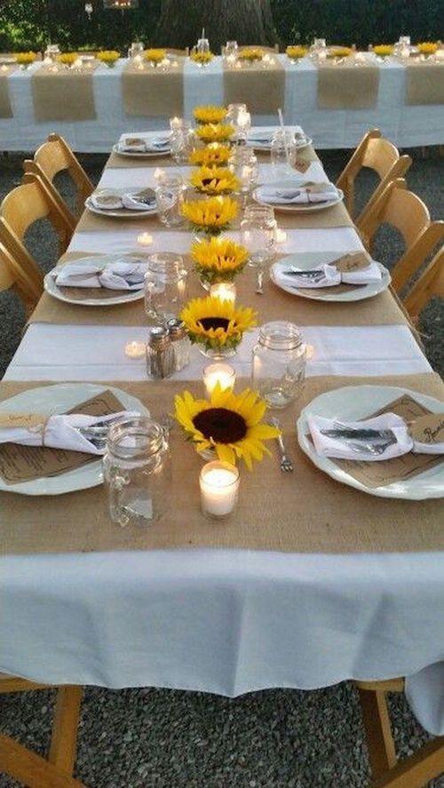 Una sencilla decoración de mesas para la cena de ensayo de boda.