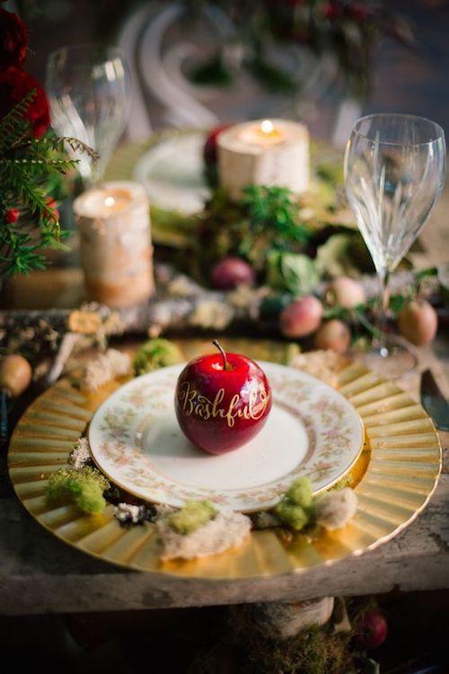 Las manzanas llevan grabadas el nombre de los enanitos... digo de los invitados. :) Foto: Claire Marika Photography.
