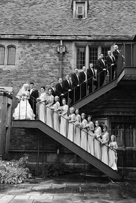 Fotografía de bodas con mucho arte y una pose para practicar en el ensayo de boda.