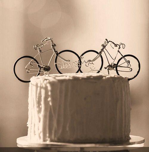 Mil veces mas sencillo darse un beso sobre este pastel. Figurines para parejas ciclistas.