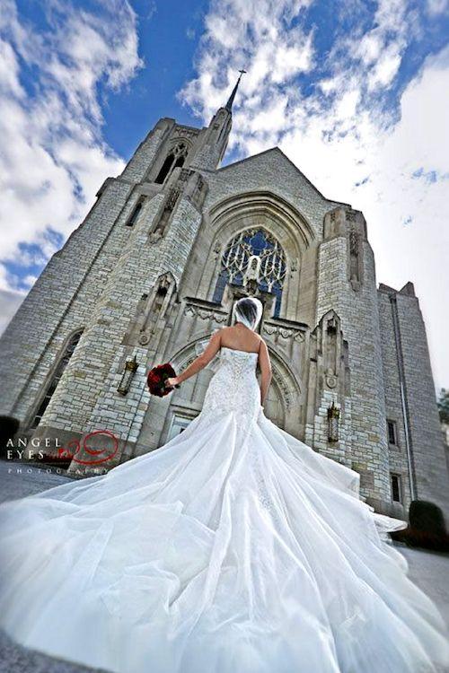 Ideas de Fotografía de Bodas. Puedes hacer una fotografía fuera de la iglesia. Foto: Angel Eyes.