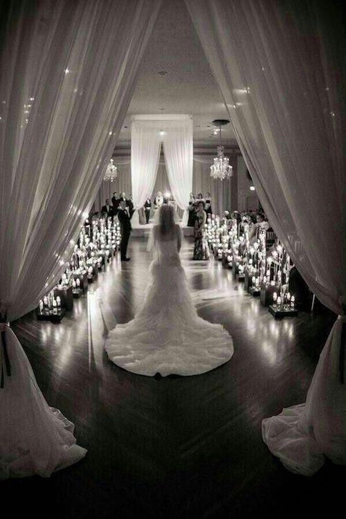Hermosa fotografía de bodas. Entrada de la Novia.