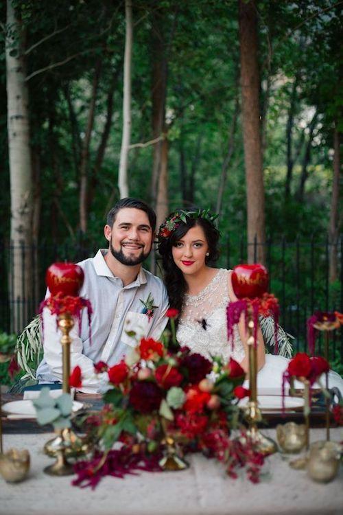 ¡Estas ideas de boda temática Blancanieves te dejarán boquiabierta! Llena de manzanas de color rojo rubí sobre mesas con caprichosos diseños. ¡No te pierdas el resto! Foto: Claire Marika Photography.