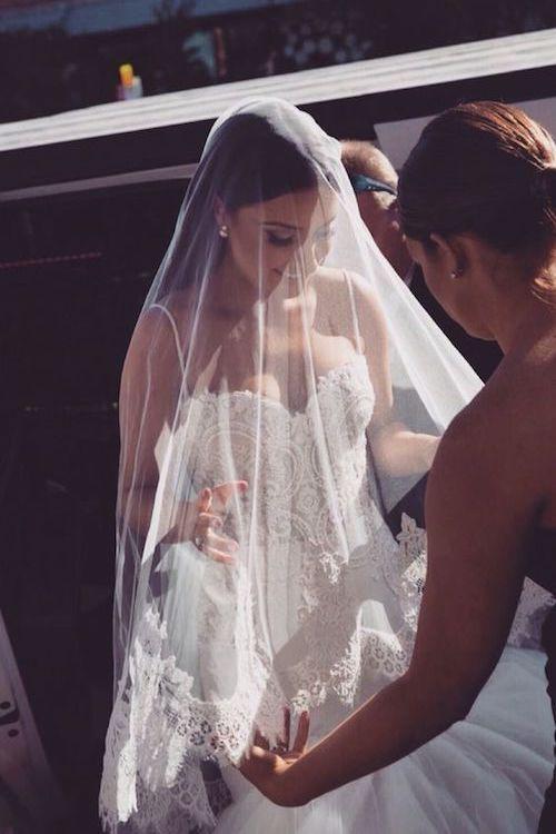 El Velo de Novia. Muchas personas no tienen idea de la importancia de los velos de novia. Son el toque final del look nupcial y tienen el poder de convertirte en una novia hecha y derecha. El velo de la novia representa la virginidad, la modestia y la virtud.