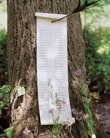 La lista de invitados con la asignación de mesas pinchada a un árbol. ¿No es original? Asegúrate que una de tus damas de honor tenga buena caligrafía para encargarle este trabajito.