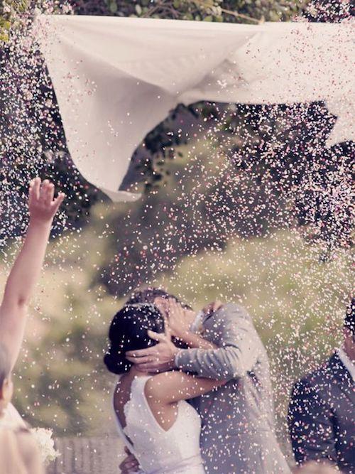 Lluvia de confetti en lugar del tradicional arroz.
