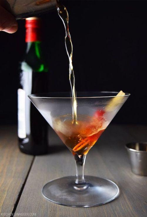 Manhattan Perfecto elaborado con whisky, vermut dulce y seco, amargo y una cereza. Servido directamente en una copa de martini fría.