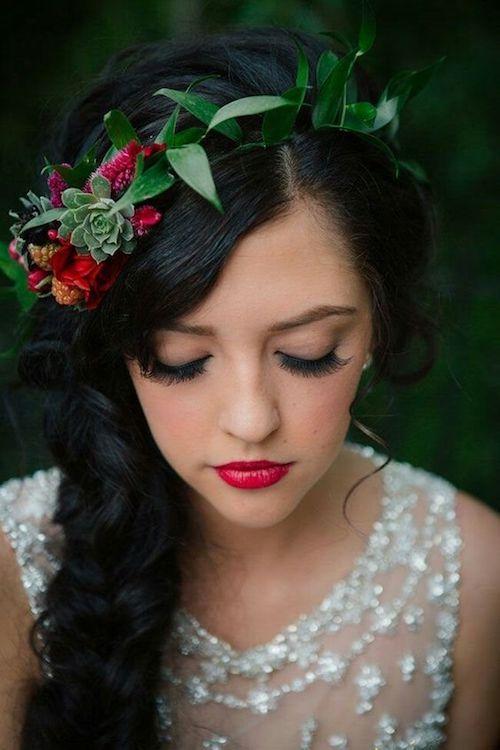 Maquillaje y peinado de novia para una boda temática Blancanieves en un bosque encantado.