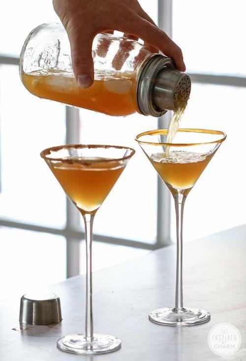 Martini de manzanas acarameladas. Sidra de manzana, vodka de caramelo, Schnapps de caramelo, rebanadas de manzana, caramelo y azúcar de canela. Receta de Inspired by Charm.