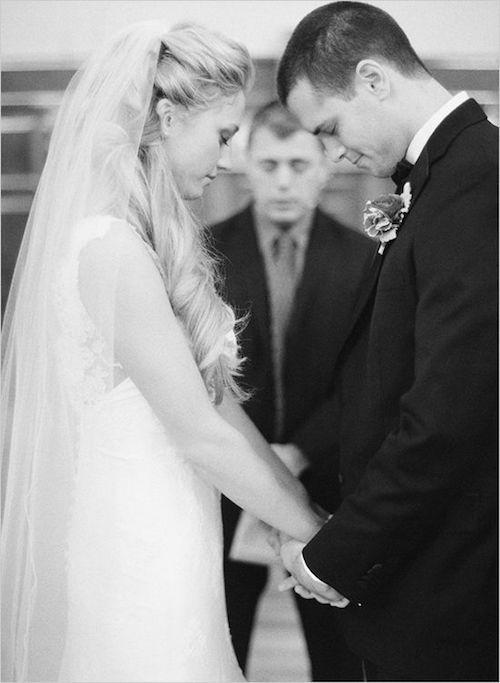 Las mejores fotos de la pareja salen cuando están juntos. Tomarse de las manos resultará en una fotografía inolvidable.