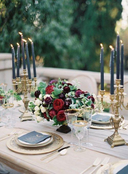 Tonos azulinos y borravino decoran esta mesa de lujo.
