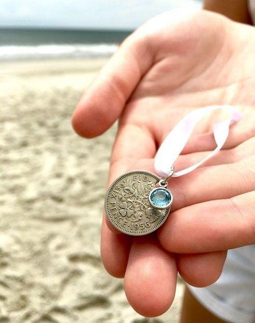 En lugar de usar una moneda en tu zapato, átalo con un lazo a tu ramo de novia y obtén buena fortuna.