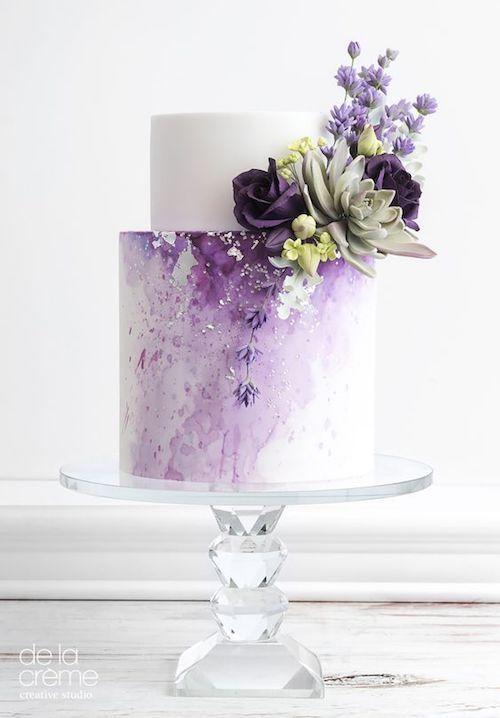 ¿Porque no proteger la torta con unas ramitas de lavanda? Hay que evitar el mal de ojo. Pastel de dos pisos de la creme studio.