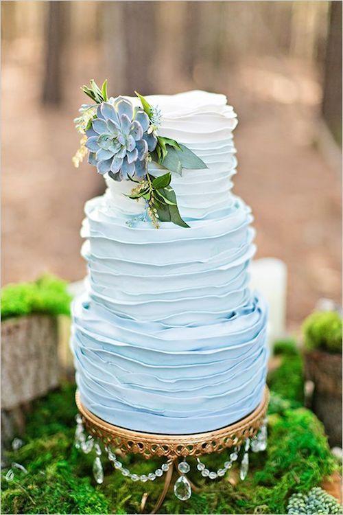 """Pasteles Algo Azules. El azul es el color de la suerte cuando se trata del día de tu boda. ¡Y por esa razón, estamos canalizando su energía positiva con estos magníficos pasteles de boda """"algo azules""""! Fotografía: Megan Vaughan."""