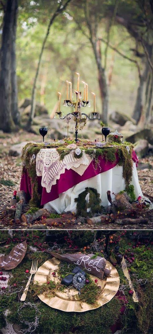 Mesas cubiertas con manteles de diferentes colores y texturas, musgo, cajas con tesoros y candelabros para la recepción de tu boda temática Blancanieves.