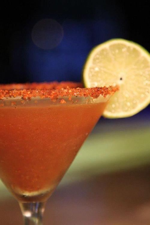 Receta de Martini de Tamarindo. Vodka, tamarindo fresco y chamoya líquida con un borde de Chile en polvo. ¿Picosito?
