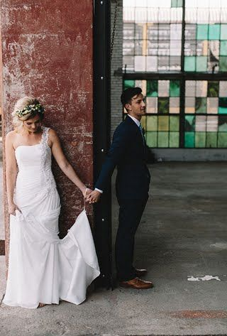 Rompe con la tradición y ve a tu chico antes de la ceremonia. Supersticiones y tradiciones de bodas.