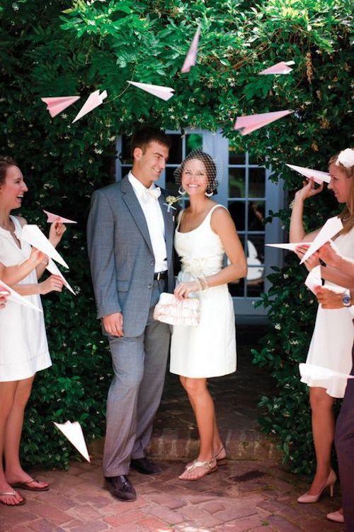 En Lugar de Arroz. Salida de los novios con avioncitos de papel ultra original y divertida.