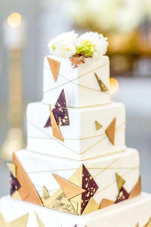 Conoce las Tradiciones de Bodas. Mezcla moderna de metalizados en una tarta nupcial cuadrada por Claire Nicola y Lavishly Done via SouthBound Bride.
