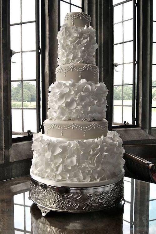Augurios de Prosperidad en las Tradiciones de Bodas ¿Te animas a besarte por sobre esta tarta nupcial para tener buena suerte?