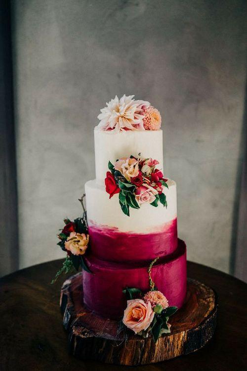 Torta de bodas en tonos de magenta y frutos del bosque con detalles florales. Fotografía: David Le.