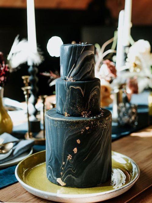 "Torta de bodas en azul oscuro con foil dorado. Definitivamente es el ""algo azul"" para mi boda."