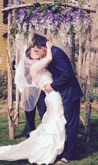 Si te gustan las tradiciones de bodas, ¿que tal este arco de flores con hierbas aromáticas y protectoras?