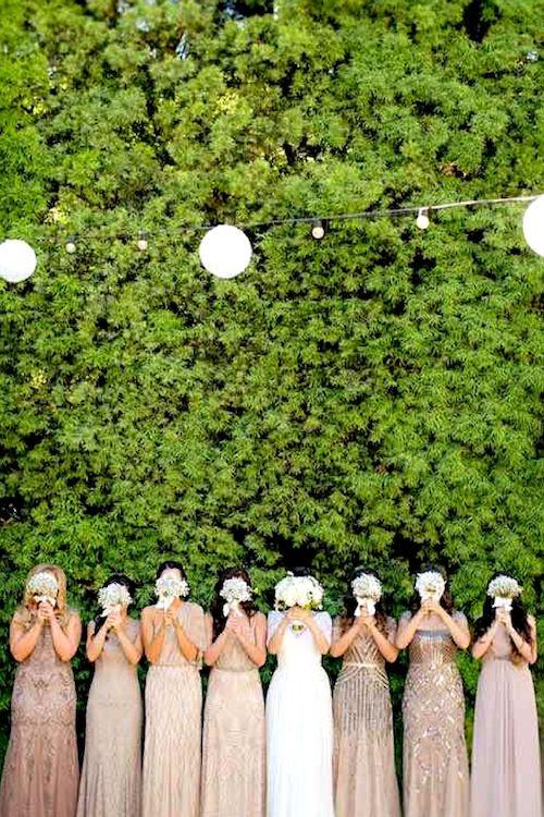 Tradiciones y Supersticiones de Bodas. Ocultar a la novia entre sus damas de honor para protegerla de los malos espíritus.