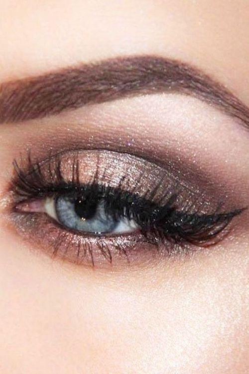 Tips y trucos de maquillaje para ojos con delineado de gato.