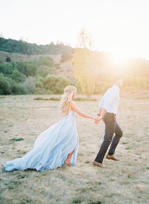 Prepárate para desmayarte. Un vestido de novia en azul claro con vuelo propio capturada por Katlyn Marie en una puesta de sol perfecta. ¿Quién dijo algo azul?