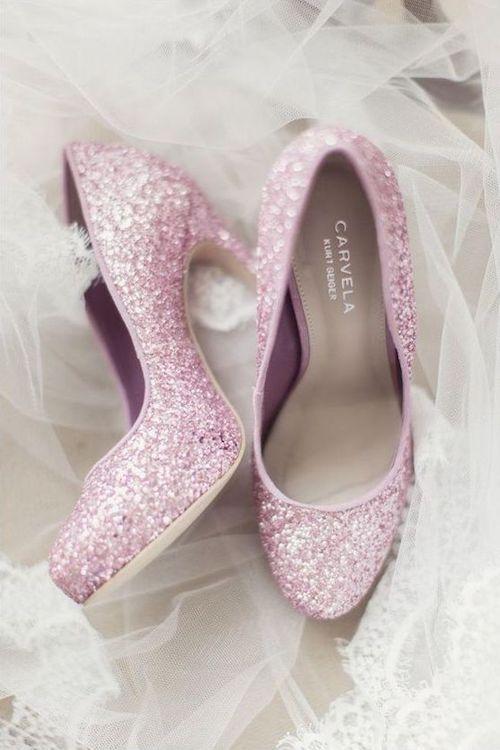 Zapatos de novia como de cuento para las que no se animan a llevar zapatos rojos. Foto: Craig y Eva Sanders Photography.