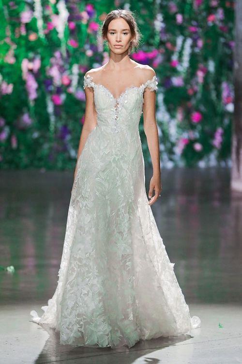 Galia Lahav. Vestido de novia de encaje con escote corazón y mangas con hombros caídos.