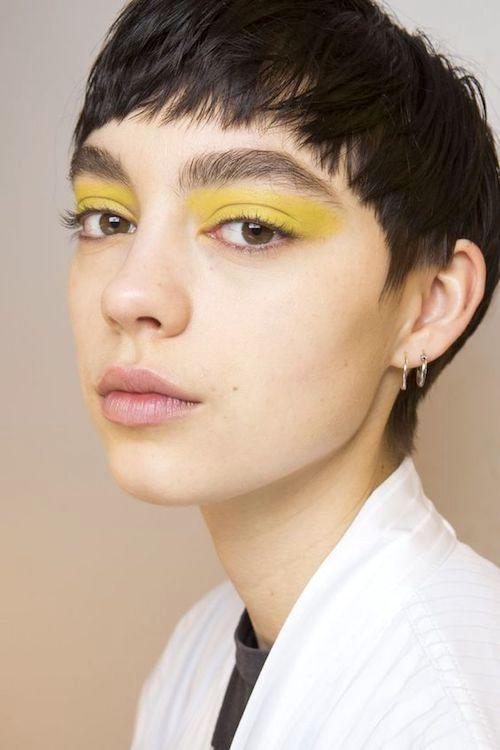 Amarillo GenZ como sombra de ojos. Una de las tendencias que pisan mas fuerte en maquillaje de ojos.