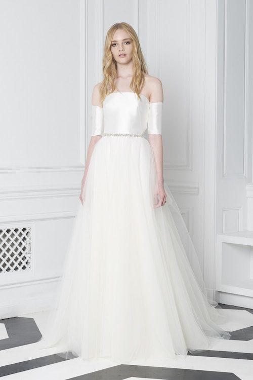 Bliss de Monique L'huillier otoño 2018 con toda la tendencia. Este vestido de Monique Lhuiller nos impacta con su sencillez y pureza de líneas.