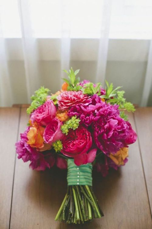 A strong pop of color adds creativity and genius to your special day. Choosing a wedding bouquet may be easier than expected if you follow this guide. Image: onelove photography.