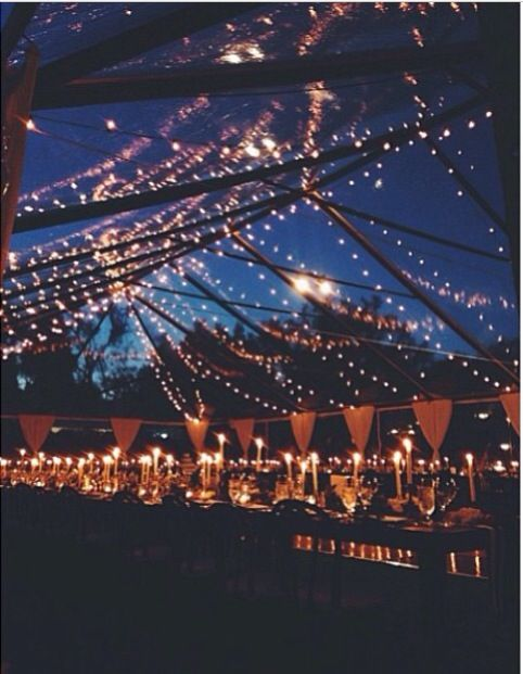 Where does the night end and your reception begin? String lights and oh so many candles for this impressive clear tent, so transparent that seems not to exist. The lamps add a swanky and elegant touch that complements the night sky to perfection.