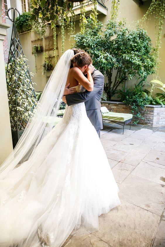 Si decidiste apegarte a la tradición, seguro que te estás preguntando como elegir el velo de novia. Te traemos una guía super completa.
