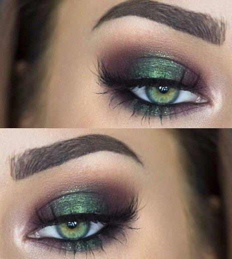 Marrones y verde con brillo mas un delineado clásico en este maquillaje de ojos.