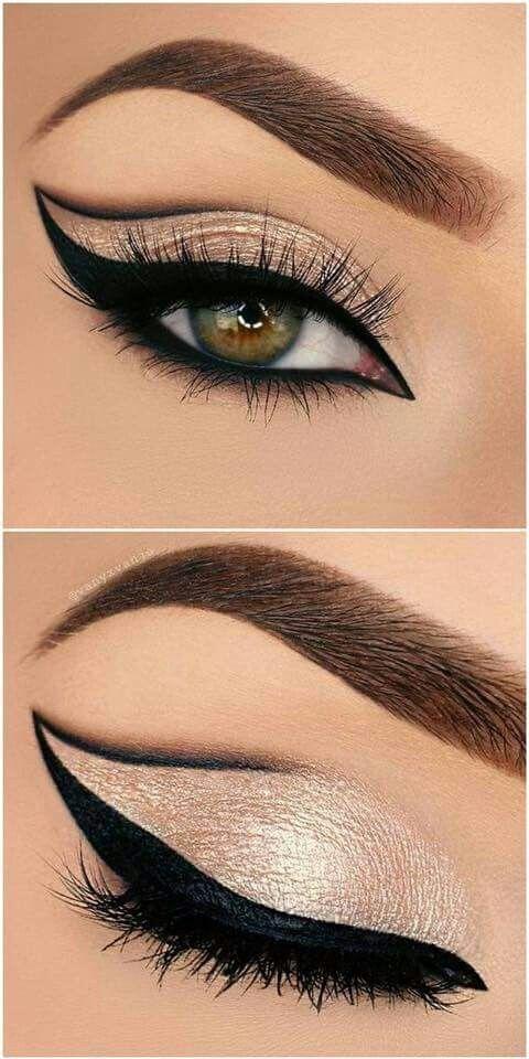 Delineado de ojos de gato estilo Winehouse y una línea en lápiz negro sobre el pliegue del párpado móvil.