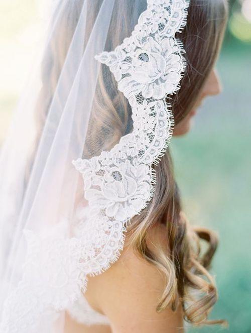 Detalle de encaje en el velo de novia. Foto: Clary Photo.