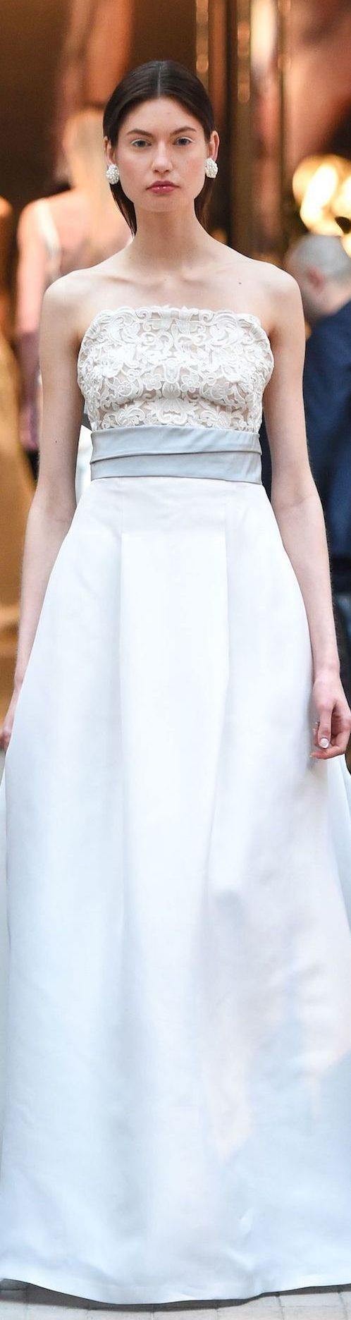 Escote palabra de honor con lazo a la cintura y detalle de encaje en relieve. Traje de novia de Sachin & Babi 2018.