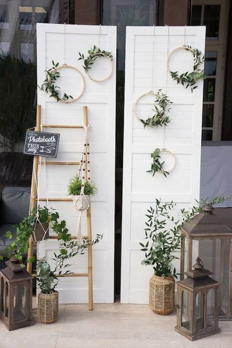 Organizing a festive evening is a task that can not be improvised. Every detail counts. Look at what a leaning ladder, mini wreaths and a refurbished door can do!