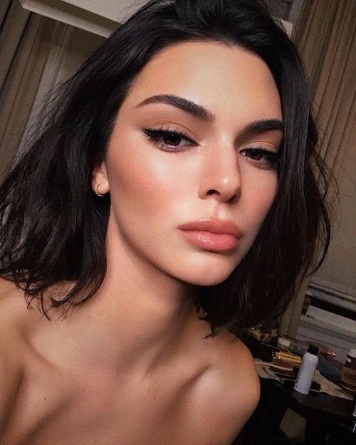 Nos encanta el maquillaje natural. Un tono malva y un delineado Winehouse y lista para salir.