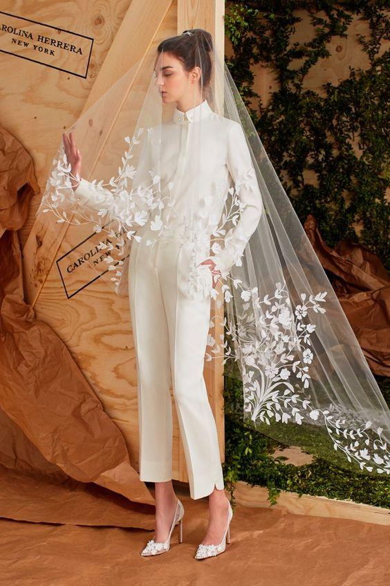 Las novias modernas pueden vestir pantalones y un hermoso velo como este Carolina Herrera.