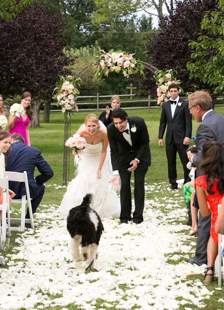 El novio llamó al perro antes de salir de la ceremonia y los tres caminaron juntos ya hechos familia.