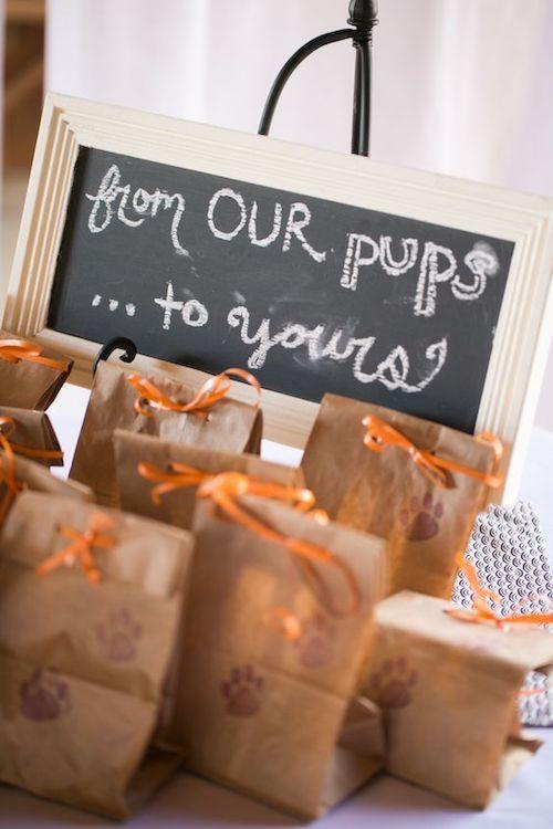 """Una idea tan dulce como tus perritos. Recuerdos de boda con treats """"de nuestros perritos a los tuyos""""."""