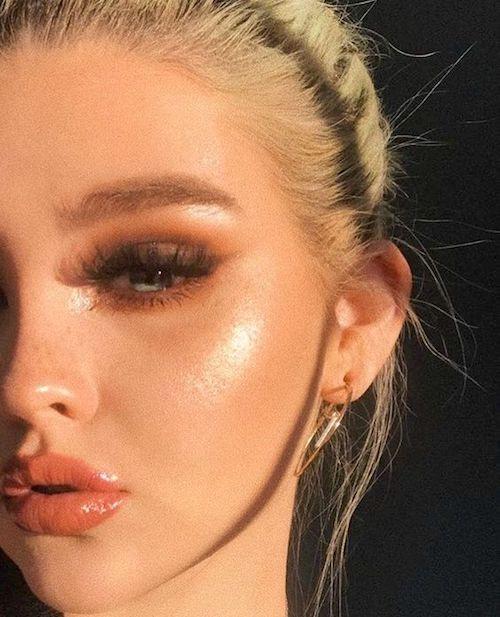 Ármate de una sombra dorada para un look como besada por el sol.