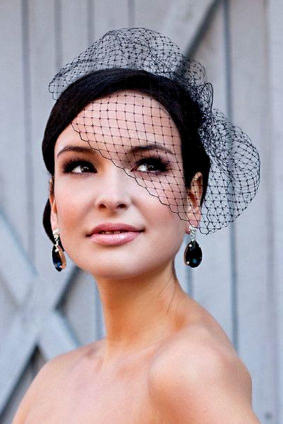 Un tocado de boda atemporal de los años '20 en negro. Guía para elegir el velo de novia. Foto: lauri b photography.