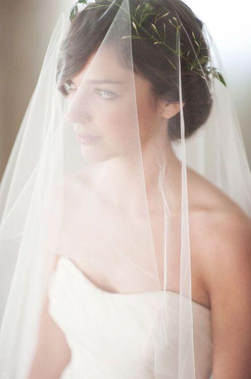 El velo blusher generalmente cubre toda la cara de la novia y cae sobre sus hombros. Este velo comúnmente se combina con otro velo y se usa durante las ceremonias mas conservadoras.